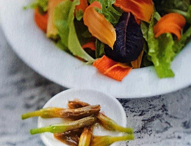 Ricette con fiori commestibili: insalata di gigli con boccioli marinati